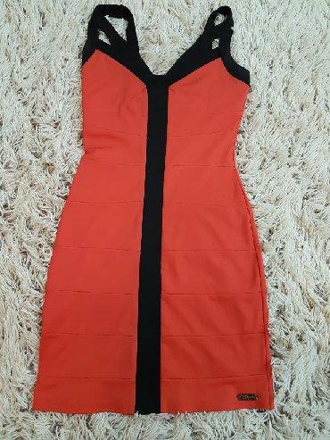 Haljine | Razanj: Prelepa haljina i koralno crvenoj boji. Prati liniju tela, pogodna za