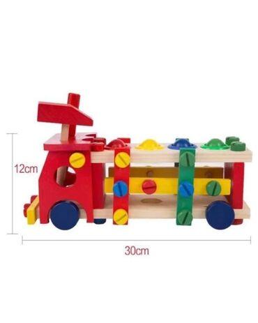 Drveni kamion je konstruisan tako da se svaki deo uz pomoc malog