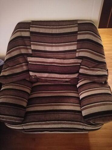 Fotelja Simpo sa jastukom, u najširem delu oko 1m, visina 90cm