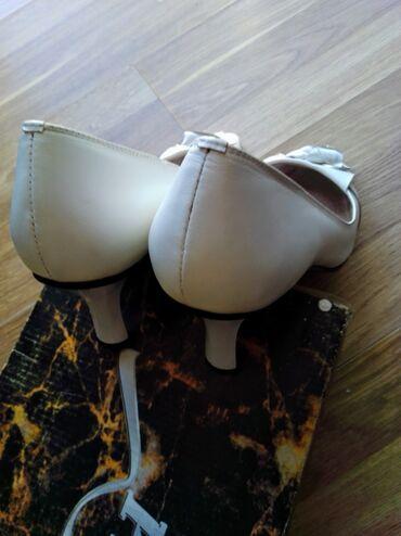 Bele kozne cipele malo nose e imaju i rezervne flekice Vel.40