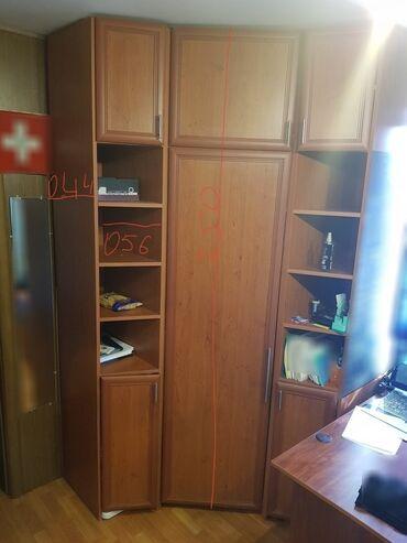 Шкаф в отличном состоянии удобный и большой задние стенки