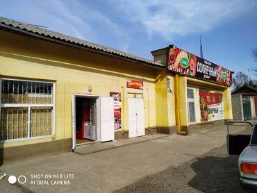 Торговая недвижимость - Кыргызстан: Продаю здание под бизнес на участке 14соток Имеются 3 гаража по 40кв2