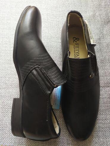 Туфли на мальчика новые на каблуке,черные кожа прессованная. Размер