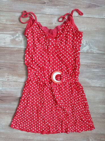 Crna haljinica vise - Srbija: Intezivno crvena haljinica sa belim tufnama. Oko struka ima kaiš, koji