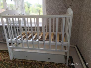 Мебель - Бостери: Срочно продам кроватку качаеться с выдвежным ящиком