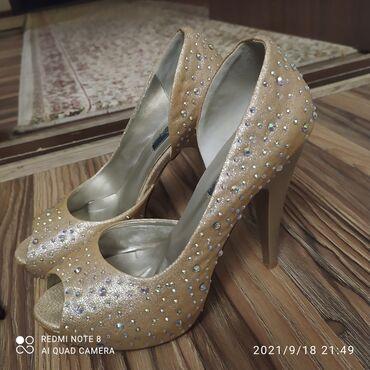 10561 объявлений: Продаётся туфли носила всего два раза.размер37.цвет бежевый,состояния