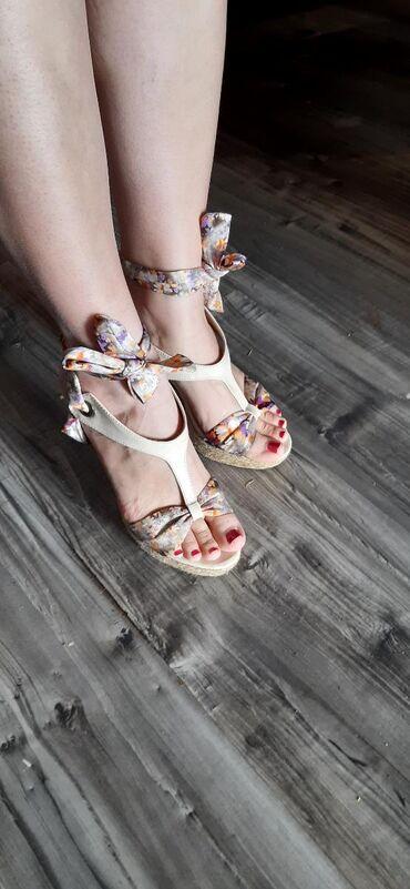 Ženska patike i atletske cipele | Kovilj: Cvetne sandale nosene br 39