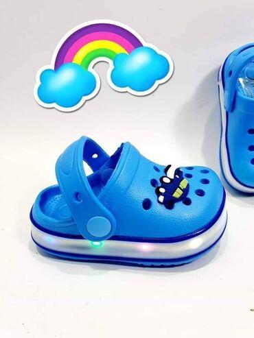 Omiljene svetlece papucice svetle na pritisak stopala i imaju dugme
