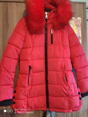 Куртки - Кыргызстан: Куртка женская одевалась пару раз мех пушистый (искусственный)