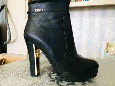 Женская обувь в Ош: Продам Стильные черные ботильоны - зимние. Размер 40, подойдут на 39