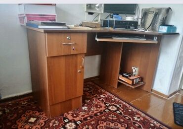 Компьютерный столик с тумбами .почти новый.цена: 1800 сом