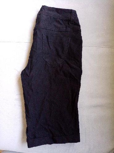 Crne kratke pantalonice. Ima elastina. Poluobim struka 31cm,dubina
