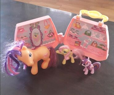 MY LITTLE PONY-SET 2+1Set sadrzi 1 vel.figuru i 2 male figureKofercic