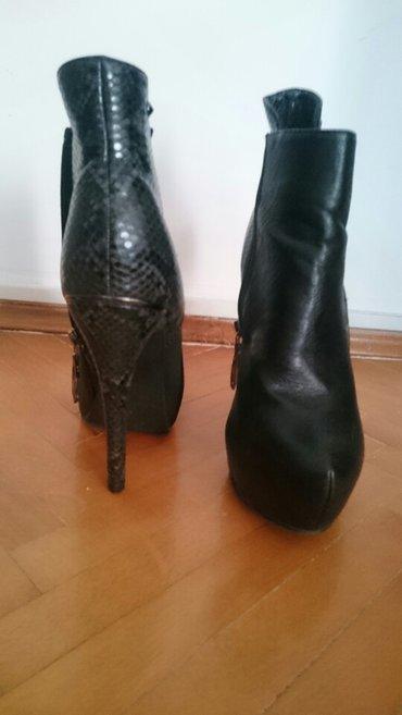 Crne polu čizmice,izgledaju kao kožne ali nisu,skrivena platforma - Beograd
