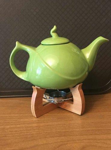 Bakı şəhərində Şamlı dəm çayniki.Hazır dəmlənmiş çayı süfrədə uzun