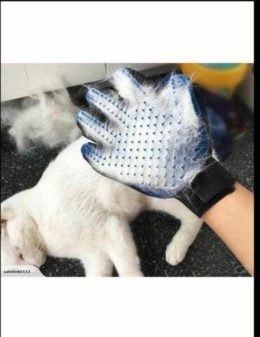 Перчатка для вычесывания шерсти для ваших питомцев. Поможет во время