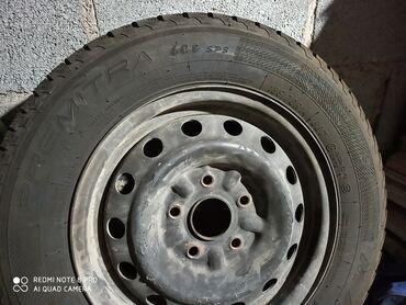 колпак на диски в Кыргызстан: Шины зимние в хорошем состоянии с железными дисками, фирменные колпаки
