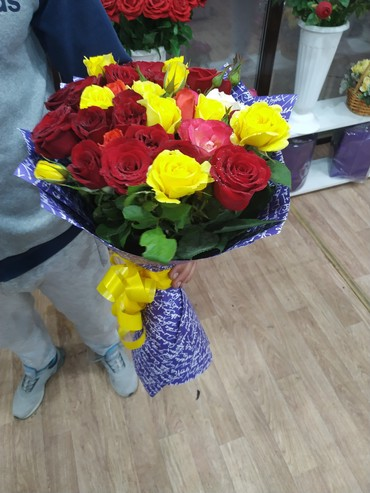 Цветные розы оформленные в крафтовую газету в Бишкек