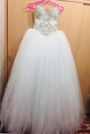 Свадебные платья и аксессуары - Бишкек: Новое свадебное платье с фатой и нижней юбкой с кольцами. Идеально