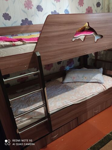 Продаю двухярусную кровать. с двумя матрасами. в отличном состоянии