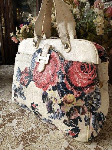 Hermes firmasina mexsus xanimlarimiz üçün çanta.  Çantanin üzerinde qi