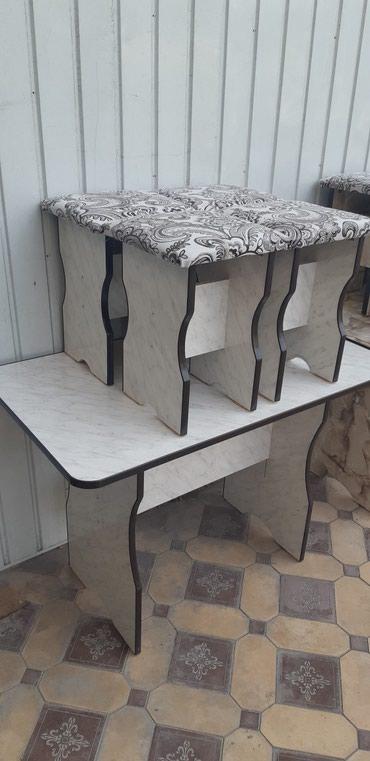 Продаю новый стол с 4 табуретками
