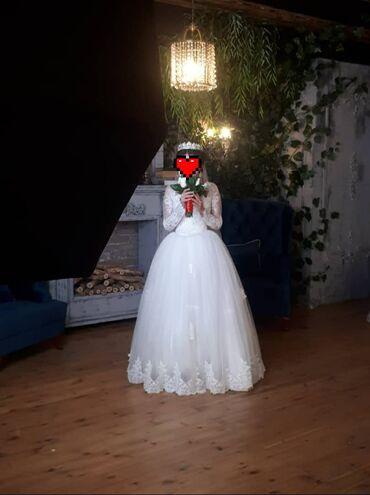Свадебные платья и аксессуары - Бишкек: Продаю свадебное платье 44 размера б/у в отличном состоянии, корона