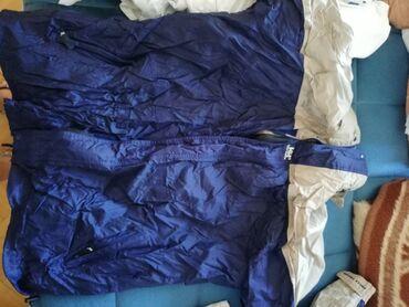 Muška šuškava jakna, izgužvana od stajanja