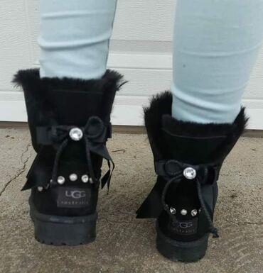 Cizme nepromocive - Srbija: 36-41Nepromocive crne UGG cizme sa masnicom pozadi, postavljene i