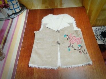 детские вязанные жилетки в Кыргызстан: Детская жилетка примерно лет на 7-12 (Натуралка) Цвет бежевый. Б/У