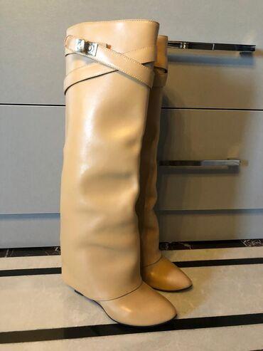 Givenchy markasinin modelidi ayakkabidi. A-class, temiz kojadi