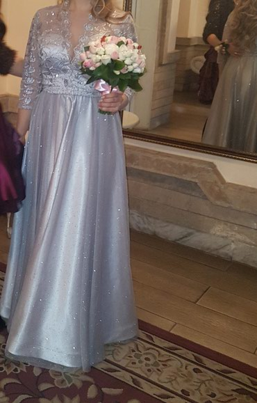 Вечернее шикарное платье(Турция)Цвет серебряный.Очень нежное.Одевала