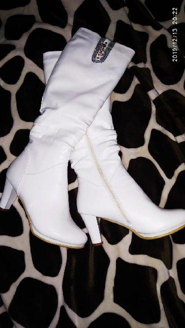 Женская обувь в Бает: Продаю белые зимние сапоги, кожа, 39 размер, высота до колена, каблук