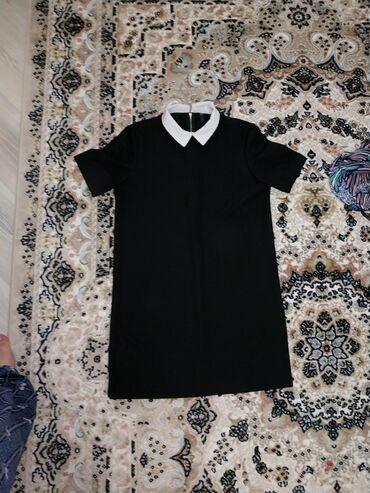 Платье размер М (46-48р) с белым воротником, молнией на спине