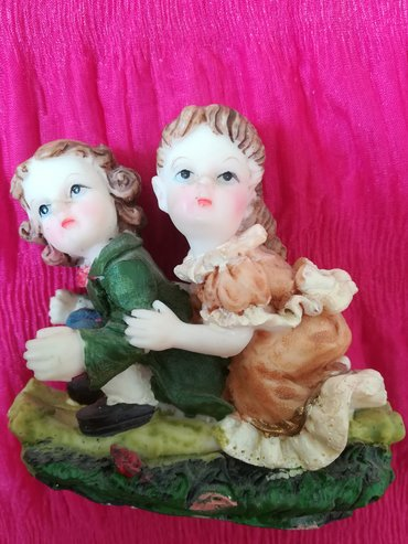 Kućni dekor - Vranje: Keramička ukrasna figura dečaka i devojčice na sanjkama, dimenzije 8x9