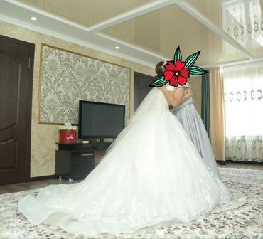 Продается свадебное платье с небольшим шлейфом. Одевалось один раз