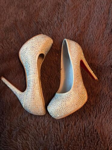 Продам туфли как новые носила 1 раз. Размер 39. 800 сом
