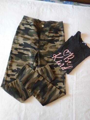 Militari pantalone + majica. Pantalone su duboke, imaju pozadi