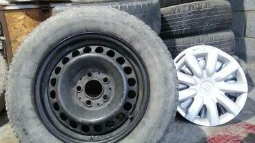 диски камри в Кыргызстан: Продаю железные диски м шинами. Шины слабые. Стояли на камри 30, 15раз