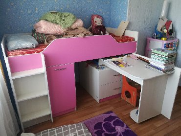 Кровать, с выдвижным письменным столом и ящиками. Матрас совершенно