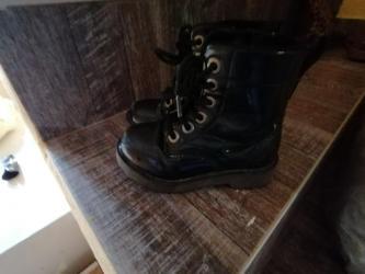 Dečije Cipele i Čizme | Leskovac: Lakovane cizme, malo ogrebane napred,mada mogu jos da se nose. Broj 25