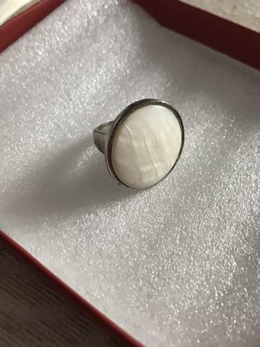 Prsten sa unutrasnjim materijalom kao od skoljke precnik 1,8 cm - Novi Sad