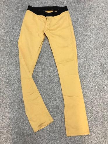 Брюки женские облегающие, цвет — желтый. Фасон приталенный, ткань
