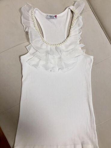 Neobicna bela majica, sa karnerima.  Moze se iskoristiti i svakodnevno