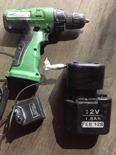 Отвертки и шуруповерты - Кыргызстан: Продаю рабочий шуруповёрт на батарейке На зарядке Одна вилка сломано н
