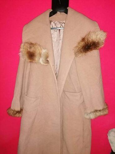 Ženski kaput,veličina 42, sa detaljima na rukavima i oko vrata od