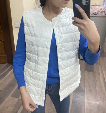 куртки uniqlo в Кыргызстан: Куртка ( размер S)и Жилетка (размер L) от Американского бренда Uniqlo