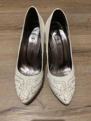 для невесты в Кыргызстан: Продаю белые туфли состояние новой,для невест очень красиво и