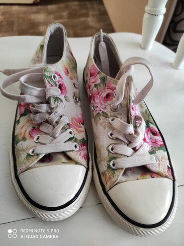 Ženska obuća | Vrsac: Cvetne starke, veoma malo nosene ocuvane maksimalnom