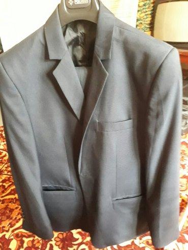 костюм одевали один раз темно-синий в Токмак